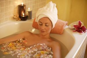 Кстати, устранить воспалительные проявления и смягчить кожу тела поможет  ароматическая 20-минутная ванна с добавлением 15 капель эфирного масла чайного дерева.