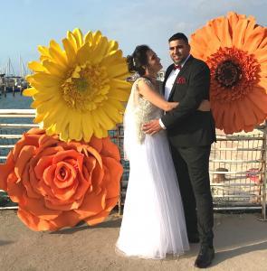 Гигантские цветы на свадебной фотосессии