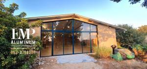 Алюминиевые двери включают в себя верхние треугольники