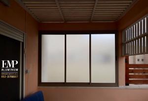 Окна со стеклом, которое защищает от солнечного света
