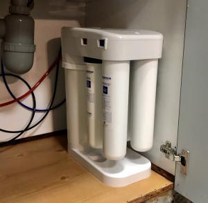 Система очистки воды  обратного осмоса с 4 различными ступенями фильтрации*** Способная подавать до 200 литров чистой воды в день*** Система оснащена уникальным механизмом, позволяющим экономить до 70% воды по сравнению с аналогичными системами осмоса*** Обогащает воду  кальцием и магнием  и улучшает вкус воды*** Система поставляется с резервуаром для хранения объемом 6-8 литров и декоративным  разливочным краном*** Система имеет израильские стандарты*** Сделано в США