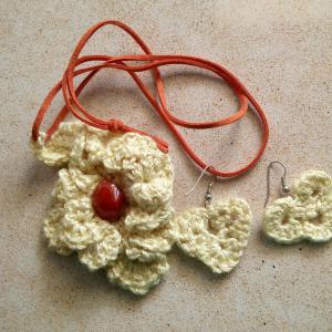 Авторское вязаное украшение - набор - ожерелье с кулоном и серьги, в форме сердца. Пряжа - хлопок с вискозой. Цвет ниток бело-желтоватый. Камень в кулоне - сердолик. Это украшение талисман - оберег. Кулон примерно 7.5см на 5см. Одет на замшевый шнур. Размер натурального камня сердолика примерно 1.5 см на 1см. Цена набора - 34$ или 130 шекелей. Сердолик отличный любовный талисман - оберег. Верный помощник в обучении, координации физических упражнений и программ для балансировки уровней энергии тела.  В фэн-шуй, вы часто можете найти различные амулеты и обереги, сделанные из сердолика, потому что его яркий цвет и энергия заземления крайне необходима в любом доме или офисе. Сердолик также является хорошим и доступным подарком для фэн-шуй украшения.
