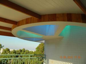 Очень красивая пергола на крыше с использованием различных материалов