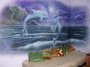 Риф дельфинов. Художественная роспись стены в подростковой комнате. Рисунок выполнен в фиолетовых тонах. Размер рисунка 3.5 на 2.3 метра. Общий вид. Ашдод. Художник Флора.