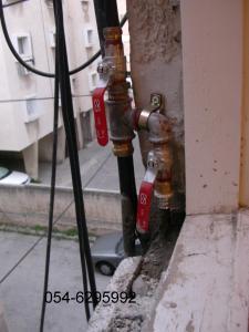 основные краны перекрывающие холодную и горячую воду, в удобном и доступном месте