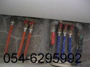 Система выравнивания давления между горячей и холодной водой, спрятана внизу , под настенным шкафчиком с раковиной