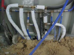 Для сохранения температуры горячей воды, труба одевается в теплоизоляционный материал .