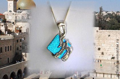 """Маленький кулон серебряный со стеклом дикроик, на кожаном шнурке с серебряной застежкой. есть стекла разных цветов. Хороших подарок для бармицвы или батмицвы. """"Chai"""" -на иврите означает Жизнь. Более подробно смотрите на моих торговых площадках https://www.etsy.com/shop/ArtleahGifts  https://www.etsy.com/il-en/shop/ArtleahBoutique?ref=hdr_shop_menu  http://www.livemaster.ru/artleah?view=profile"""
