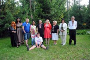 Участники Международной битвы Экстрасенсов-Регина Федоренко (блондинка в красном платье)