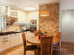 Дизайн интерьера квартиры в Иерусалиме (2014г)  выполнен в традиционном стиле. Кухня объединена с салоном. Между салоном и кухней уместился большой раздвижной стол фирмы Simply Wood. А над ним круглый абажур.