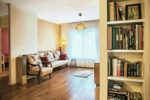 Гостинная из проекта квартиры в Иерусалиме. Интерьер напоминает уютную домашюю квартиру в Москве. Но это именно то, что хотели заказчики.