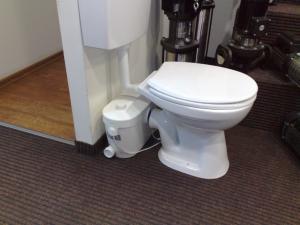 Откачивающий насос(бачок)устанавливается там где уровень канализации выше чем унитаз или там где нет уклона например в подвале,(-1),(-2)этажах-стоянках