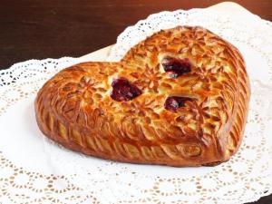 Пирог в форме сердца с вишней