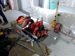 Станок для нарезки резьбы на металлических трубах, незаменим для монтажа пожарных гидрантов