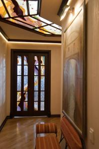 Композиция витражей в потолке и дверях