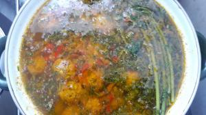 Суп с фрикадельками, на основе масла холодного отжима и различных полезных корешков.