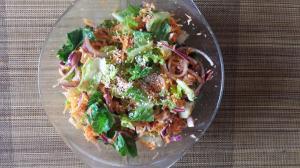 Необычный , диетический, салат с туной  Баночку тунца размять вилкой в емкости. Одну большую и сочную морковь протереть на мелкой терке Фиолетовый лук замочить в яблочном уксусе. Порвать мелко салатные листья. Сверху посыпать смесью «Гумасио» (кунжут / гималайская соль / водоросли вакаме)